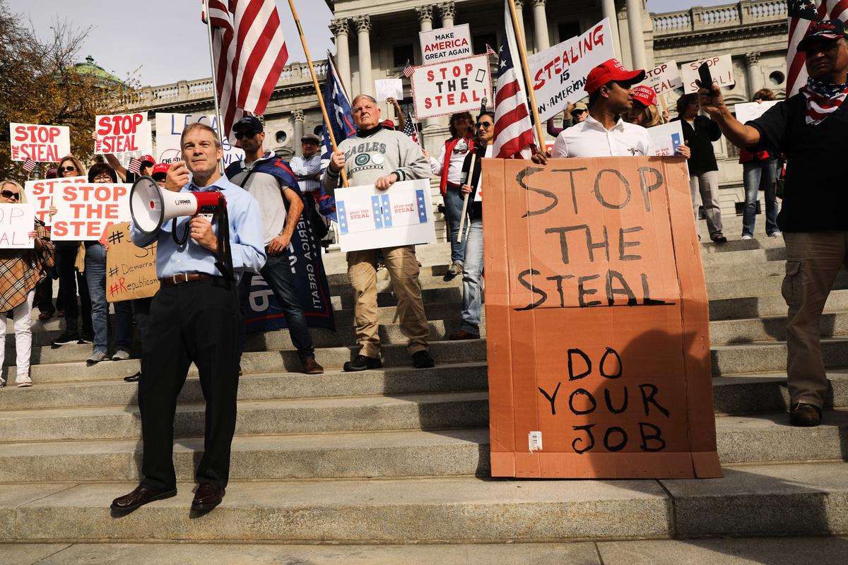2020年11月5日,賓州哈里斯堡:特朗普支持者們聚集在賓夕凡尼亞州州議會前,呼籲停止在賓夕凡尼亞州的投票計數,因為他們相信對民主黨有選票欺詐行為。(Spencer Platt / Getty Images)