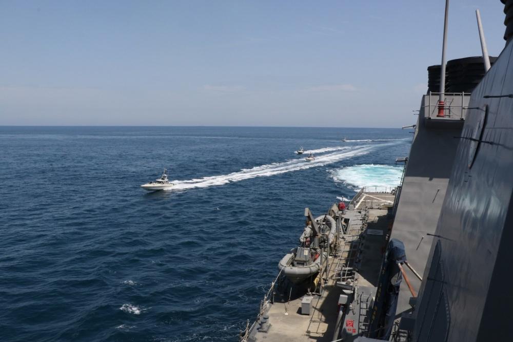 美國海軍昨日譴責,11艘伊朗革命衛隊的船隻,不安全不專業地高速靠近美國軍艦,是增加誤判和碰撞機率的危險行為。(美國海軍提供)