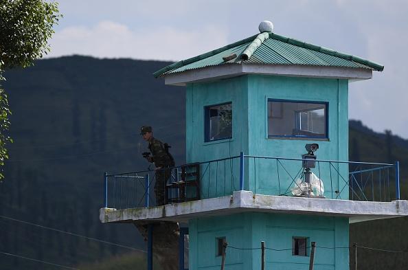 南韓國防部表示,將與日本重啟4年前曾計劃情報共享的協議,以對應北韓日益頻繁的導彈及核武威脅。圖為北韓邊境哨站。(GREG BAKER/AFP/Getty Images)
