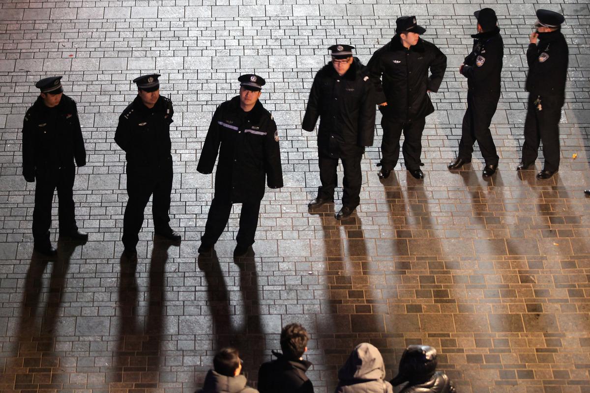 貴陽市任女士被畢節警方跨市抓捕,並遭拘留及虐待。圖為2012年1月13日北京警察正在封鎖道路。(Feng Li/Getty Images)