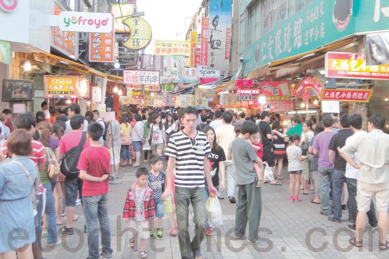 張景強、陳安芝自香港移民來台,深刻感受台灣人情味。陳安芝最喜歡逛夜市、吃小吃,移民來台後,發現台灣到處都有夜市,夜市裏甚麼都賣,倍感新奇。圖為台中逢甲夜市。 (黃玉燕 /大紀元)