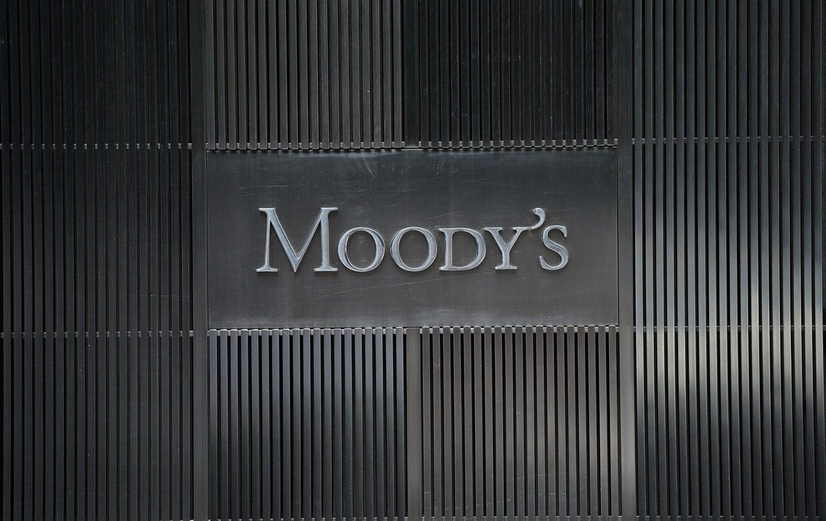 穆迪(Moody)9月16日將其對香港的評級展望從「穩定」調降為「負面」。(EMMANUEL DUNAND/AFP/Getty Images)