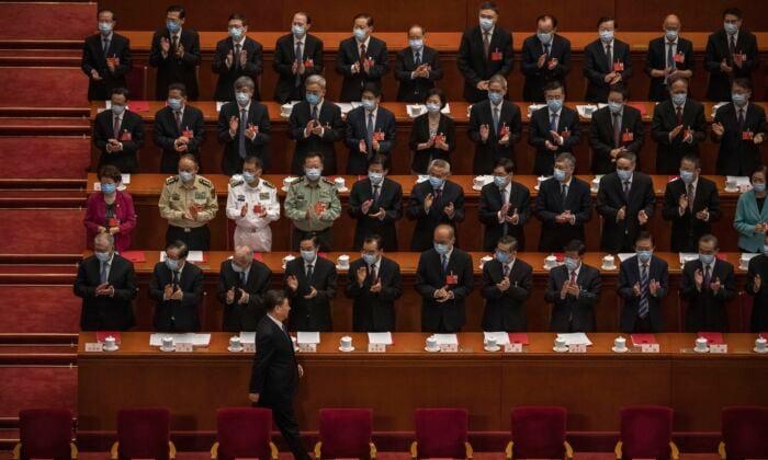 2020年5月28日北京,中國領導人習近平(下)出席素有「橡皮圖章」之稱的全國人民代表大會。 (Kevin Frayer/Getty Images)