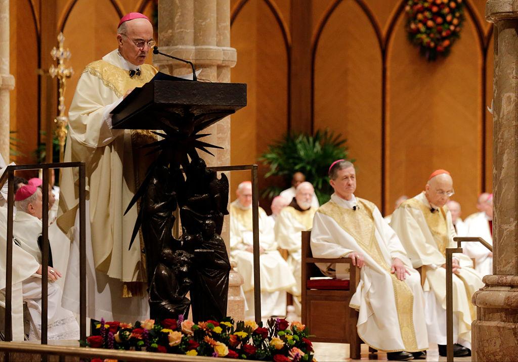 圖為2014年11月18日,天主教前任駐美國大主教卡洛·瑪麗亞·維加諾(Carlo Maria Vigano)在芝加哥聖名大教堂(Holy Name Cathedral)宣讀使徒授權。(Charles Rex Arbogast-Pool/Getty Images)