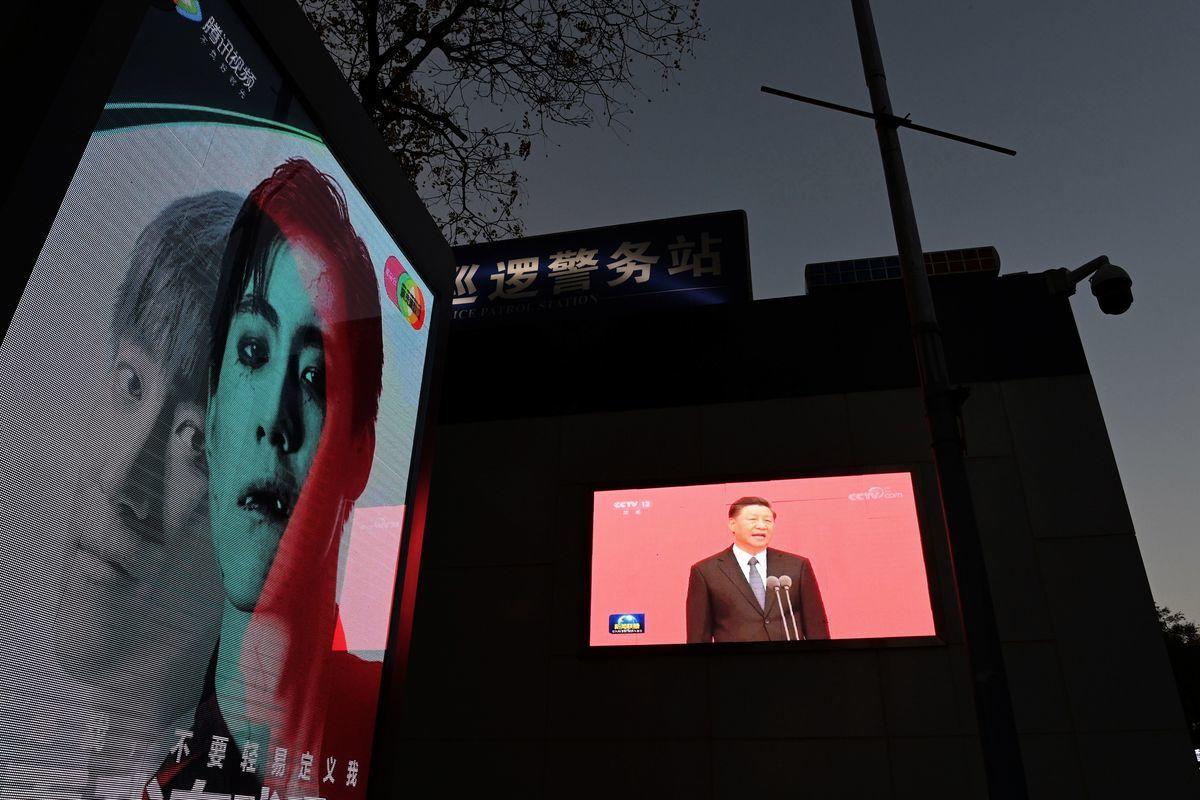 圖為2020年11月2日,北京一個廣告牌旁邊的警察巡邏站外的屏幕上,正在播放習近平的講話。(Greg Baker/AFP via Getty Images)