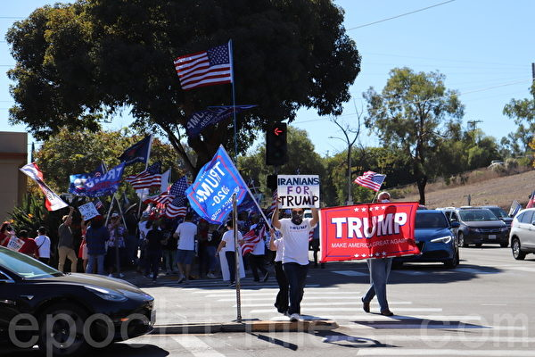 11月15日,聖地牙哥縣多族裔選民在波威市Pomerado大道邊聲援特朗普。(鄧舒語/大紀元)