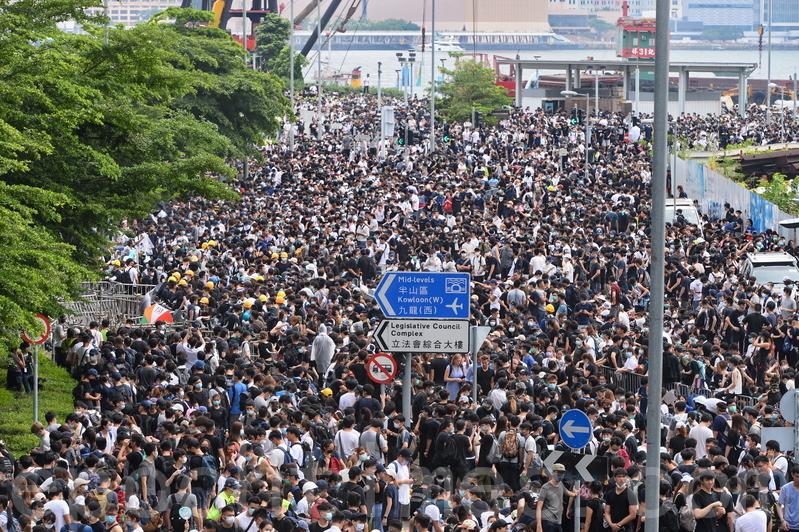 特首專訪中的「母親論」遭到逾萬香港母親們連署反彈。圖為12日大批反修例的市民包圍立法會大樓和佔據街道。(宋碧龍/大紀元)