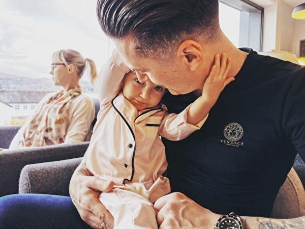 詹姆斯和女兒。(由詹姆斯‧舍芮絲提供)