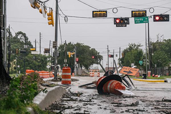 熱帶風暴尼古拉斯於2021年9月14日在德州侯斯頓穿過該地區後,留下了碎片和受損的道路建設。(Brandon Bell/Getty Images)