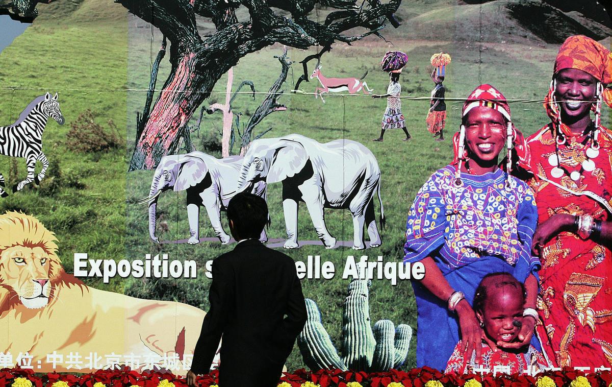 本月初的中非合作論壇,中共向非洲大撒600億美元造勢,引起輿論大嘩。有分析認為,中共的聲勢雖大,但收穫卻令人質疑。另有分析指出,非洲如今已經成為繼中亞後中共與歐美國家的新博弈舞台,角力的第二戰場。圖為中非論壇巨型海報。(STR/AFP/Getty Images)