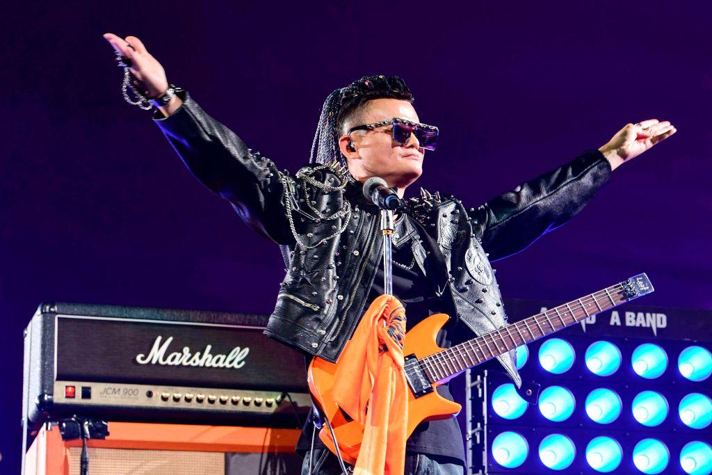 9月10日的告別晚會上,馬雲一身朋克造型高唱一曲「怒放的生命」。(STR/AFP/Getty Images)