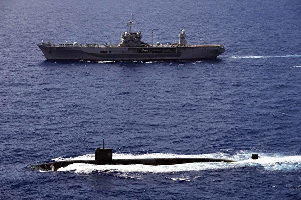 2020年6月14日,美軍藍嶺號兩棲作戰指揮艦(LCC 19)與洛杉磯級攻擊潛艇阿什維爾號(SSN 758)在菲律賓海共同演練。(美國印太司令部)