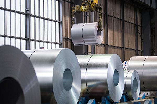 大陸鋼鐵等原材料價格暴漲,有下游企業不堪重負不得不停產。(Lukas Schulze/Getty Images)