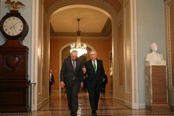 美國國會參議員多數黨領袖米奇·麥康奈爾(Mitch McConnell,右)表示,將在1月21日進行彈劾總統特朗普的審判規則和程序決議辯論。(Chip Somodevilla/Getty Images)