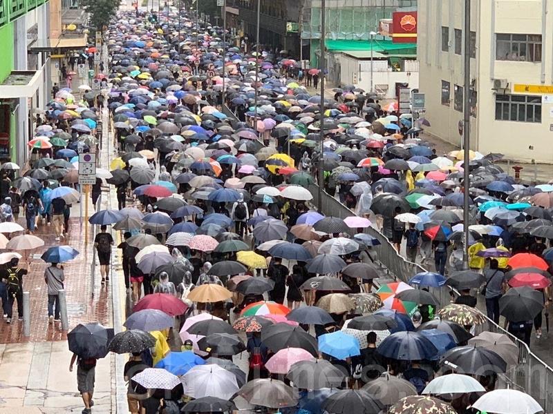 圖為8月25日,香港楊屋道兩個方向的行車線均逼滿「反送中」遊行人士。(駱亞/大紀元)