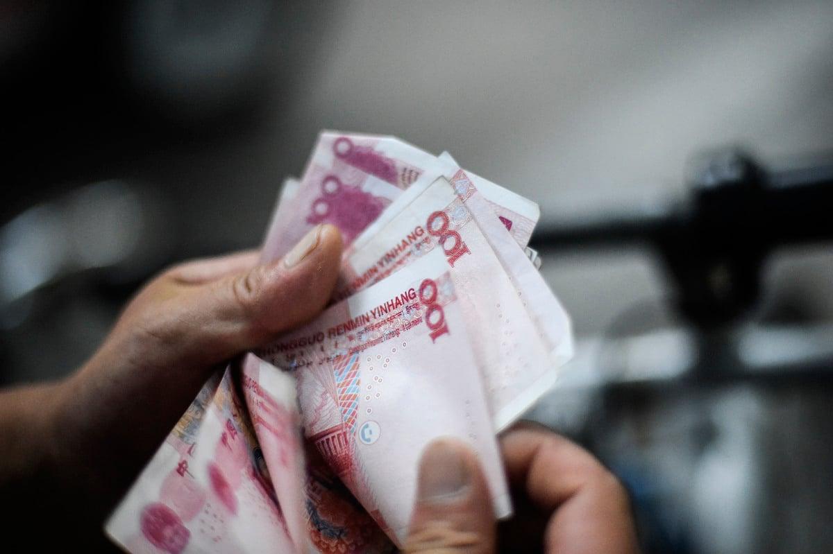 中共的出口導向型經濟模式每年都能帶回大量貿易順差,對應的就是美元等外匯大量湧入中國、交換成人民幣進入國內部門,一直讓人民幣匯率面臨升值壓力。(AFP)