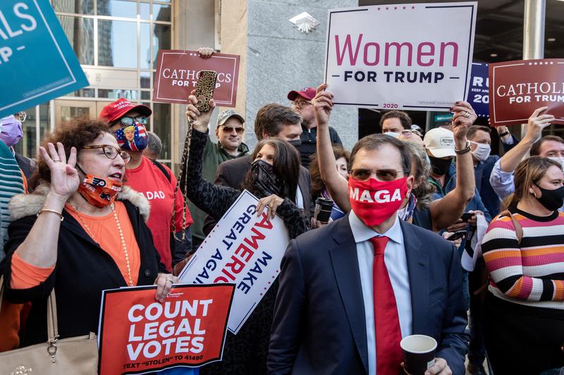 2020年11月5日,賓州費城,特朗普的支持者舉展板表達支持。(Chris McGrath/Getty Images)