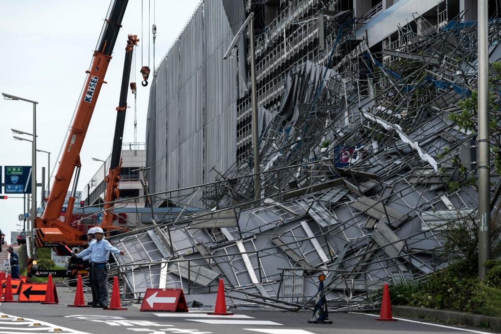 2019年9月9日強颱風「法西」橫掃日本關東地區,造成大都市區的停電和交通中斷。圖為羽田機場停車場施工現場的腳手架被颱風吹倒。(Tomohiro Ohsumi/Getty Images)