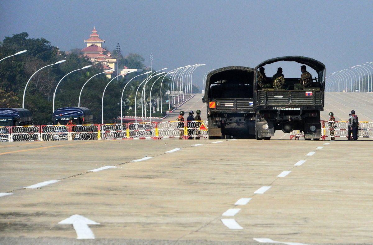 2021年2月2日,緬甸國會附近路口封閉,有士兵把守。(STR/AFP via Getty Images)