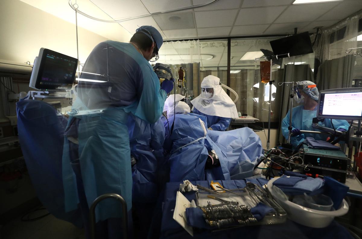 圖為加州聖荷西一家醫院的深切治療部(ICU),醫護人員照護一名中共病毒患者。(Justin Sullivan/Getty Images)