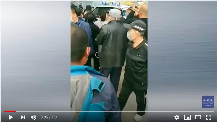 網傳5月4日下午,其它小區居民被送到黑龍江大慶市讓胡路區的長青一區隔離,該小區居民不願意,集體出來圍堵。(影片截圖)
