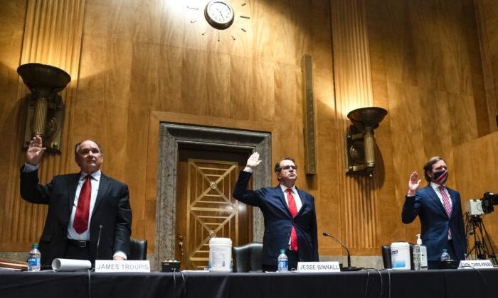 2020年12月16日,特朗普競選團隊律師詹姆斯‧R‧特魯皮斯(James R. Troupis,左)、傑西·賓納爾(Jesse Binnall,中)和前網絡安全和基礎設施安全局局長克里斯托弗∙克雷布斯(Chris Krebs,右)在參議院國土安全和政府事務聽證會上宣誓作證,以審查2020年選舉違規行為的指控。(Jim Lo Scalzo-Pool/Getty Images)