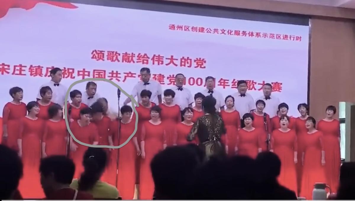 一名男子演唱過程中突然神志不清,倚靠到前面的女性演唱者身上。(影片截圖)