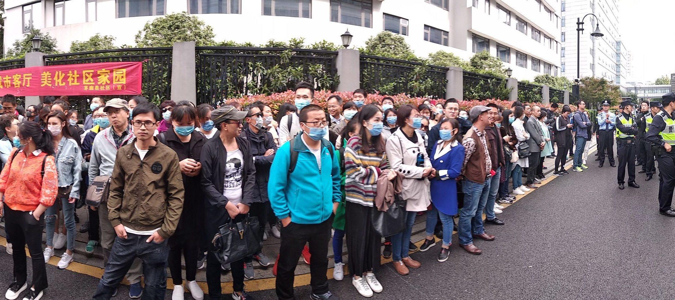 2018年9月13日,杭州P2P網貸平台「抓錢貓」200多位受害者到浙江省公安廳維權。(受訪者提供)