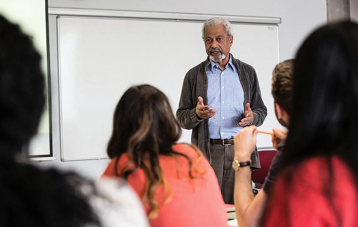 2016年5月19日,英國肯特郡(Kent),古爾納(Abdulrazak Gurnah)於肯特大學(University of Kent)任教。(Simon JARRATT/UNIVERSITY OF KENT/AFP)