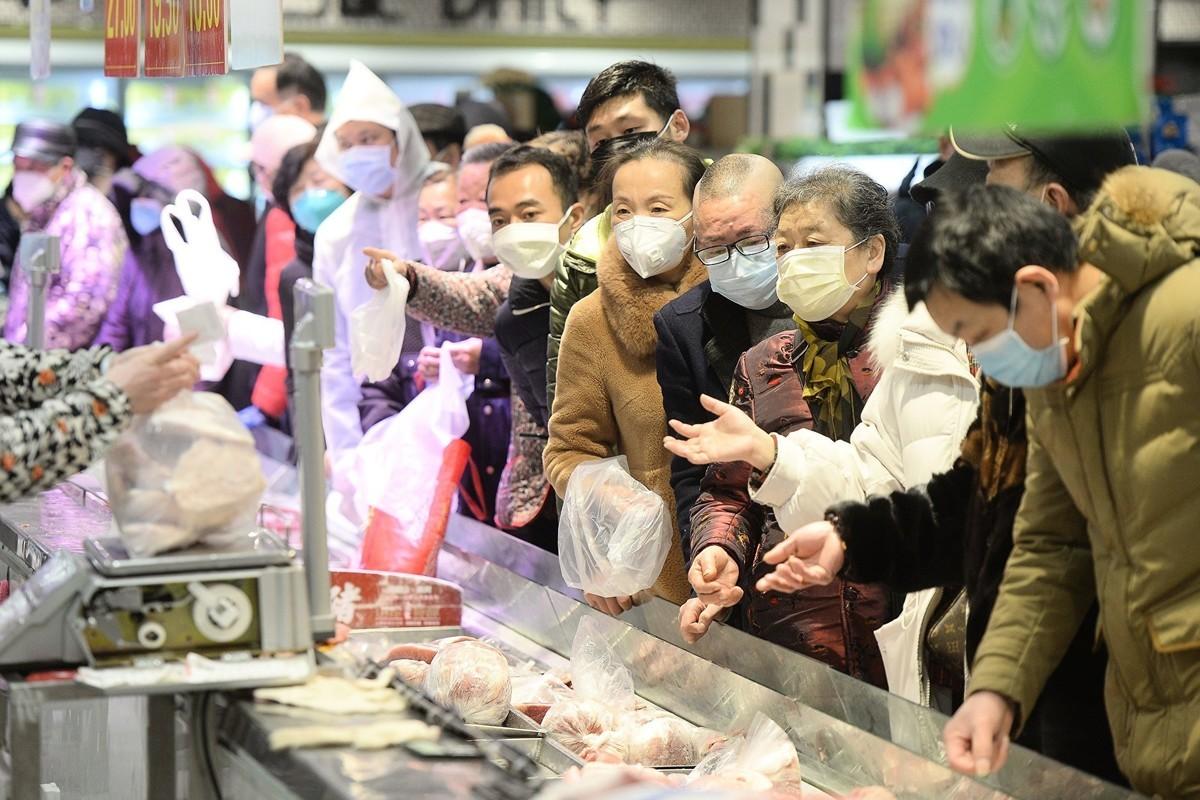 人人深知不要信黨的喉舌,但在人命關天大事上卻無人質疑黨媒報道中共肺炎的真假。圖為武漢民眾排隊買菜。(STR/AFP via Getty Images)