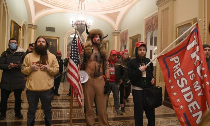 2021年1月6日,一群抗議者在國會辯論2020年總統大選選舉人票認證時,突破安保,進入美國國會大廈。(Saul Loeb/AFP via Getty Images)