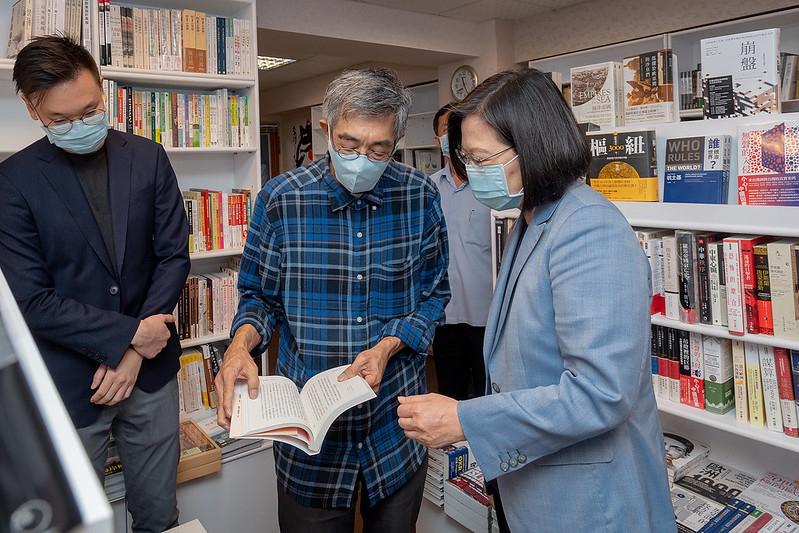 中華民國總統蔡英文2020年5月29日參訪「銅鑼灣書店」,與負責人林榮基進行意見交流。(總統府)