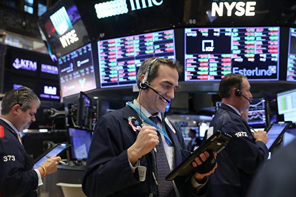2020年3月24日,道瓊斯工業平均指數飆漲超過11%,創下87年來單日最高漲幅。特朗普總統盼在復活節(4月12日)前解除封鎖。 (Photo by Spencer Platt/Getty Images)