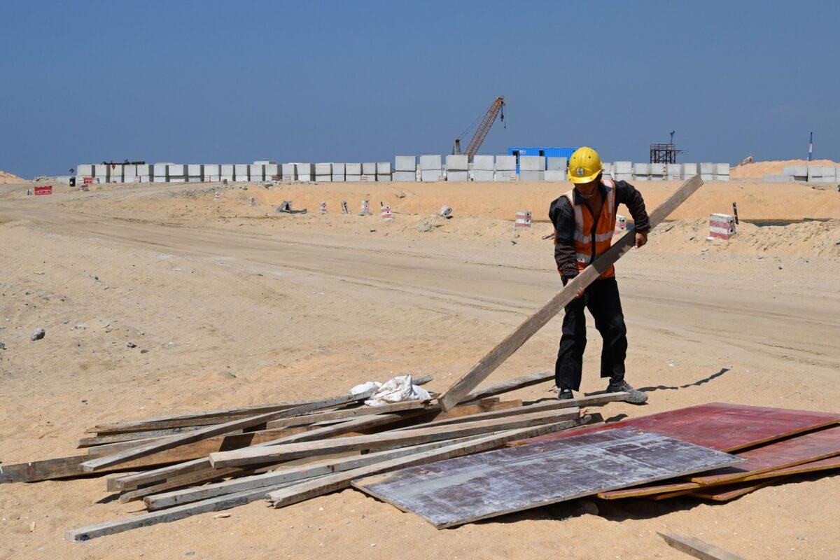 2020年2月24日,一名中國工人在斯里蘭卡科倫坡(Colombo)填海造地的施工現場工作,這是中共一帶一路倡議資助斯里蘭卡興建港口城項目的一部份。(ISHARA S. KODIKARA/AFP via Getty Images)
