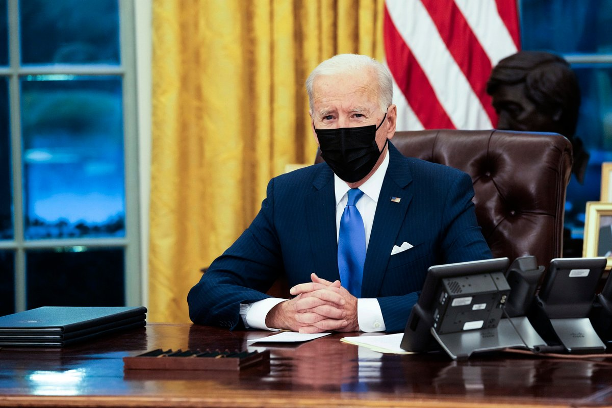 美國總統祖·拜登於2月2日在橢圓形辦公室簽署多項移民行政令前發表簡短講話。(Doug Mills-Pool/Getty Images)