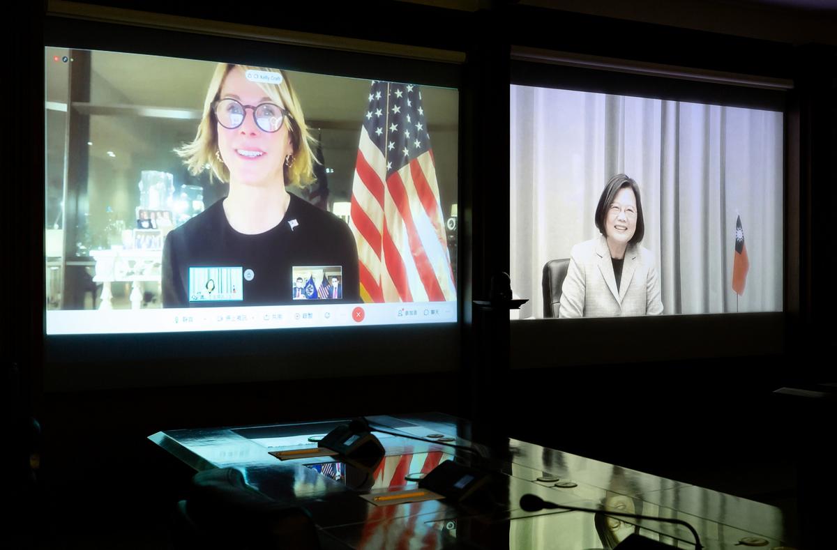 美國駐聯合國大使克拉夫特(Kelly Craft)原訂訪台與總統蔡英文會晤,但因美國國務院取消所有出訪行程而無法成行,不過14日雙方改為透過視訊進行會談。(總統府提供)