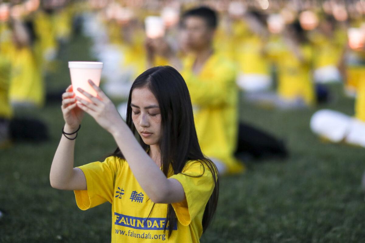 2020年7月18日,法輪功學員在國會山西草坪舉行集會及燭光夜悼活動,以紀念法輪功反迫害21周年。(Samira Bouaou/大紀元)