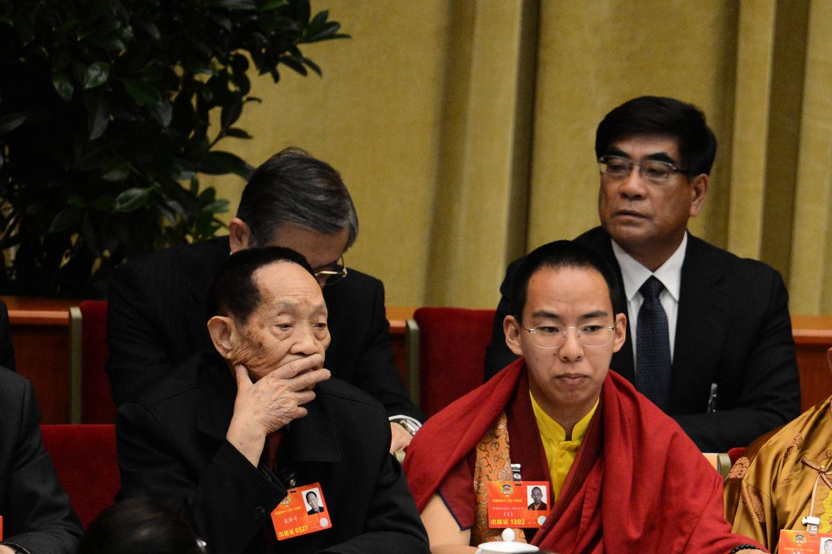 2013年3月3日袁隆平(左)出席在北京人民大會堂舉行的中共政協會議開幕式。(GOH CHAI HIN/AFP via Getty Images)