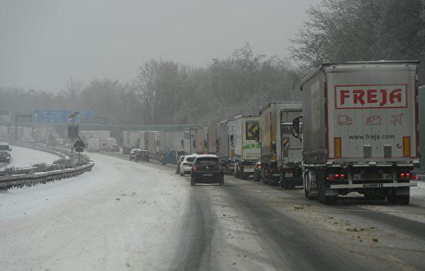 2021年2月8日,德國伍珀塔爾(Wuppertal),大雪影響交通,A1高速公路上許多卡車大排長龍。(INA FASSBENDER/AFP via Getty Images)