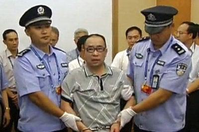 遠華案主犯賴昌星曾因江澤民阻撓12年未能引渡回國。圖為2011年7月23日,賴昌星被引渡回國。 (AFP)