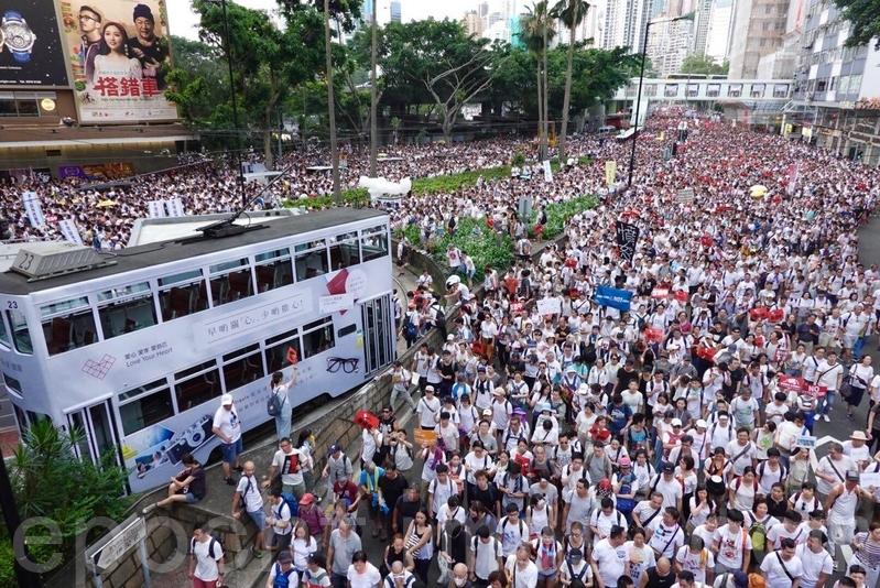 香港民間人權陣線6月9日發起「反送中」遊行,各國媒體紛紛大篇幅報道之際,中國大陸主要媒體卻幾乎噤聲,而與香港有關的一些用詞也成為微博敏感詞。(余鋼/大紀元)