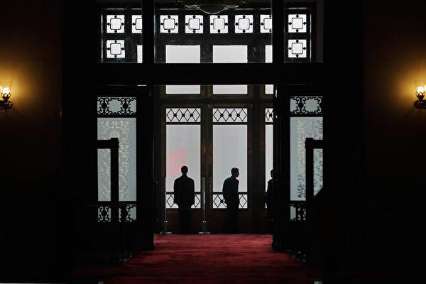 在中美貿易戰下,中共陷入內外交困及中國經濟持續惡化,中共內部分裂嚴重,各種公開批評層出不窮。(Lintao Zhang/Getty Images)