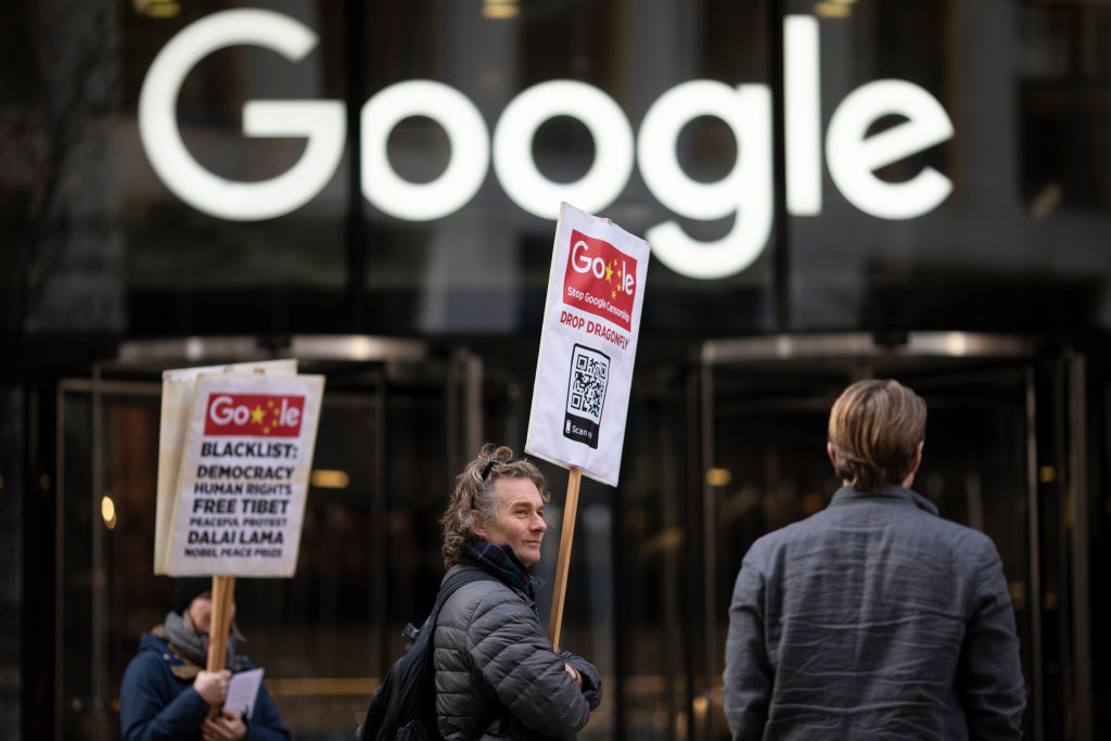 2019年1月18日,民眾在谷歌倫敦分部大樓前抗議「蜻蜓計劃」。(Dan Kitwood/Getty Images)