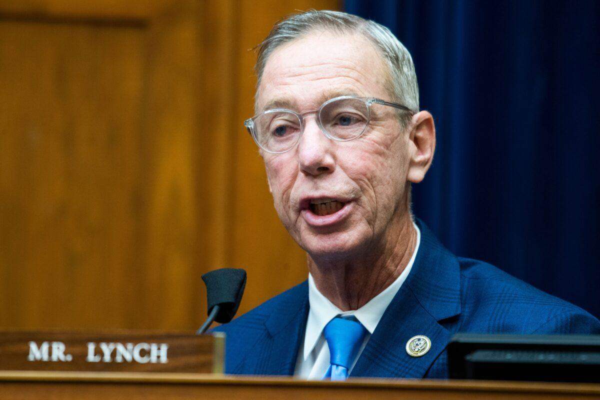 馬薩諸塞州聯邦眾議員史蒂芬·林奇(Stephen Lynch)接受了兩劑輝瑞疫苗後,中共病毒(俗稱武漢病毒、新冠病毒、COVID-19)檢測呈陽性。(Photo by TOM WILLIAMS/POOL/AFP via Getty Images)