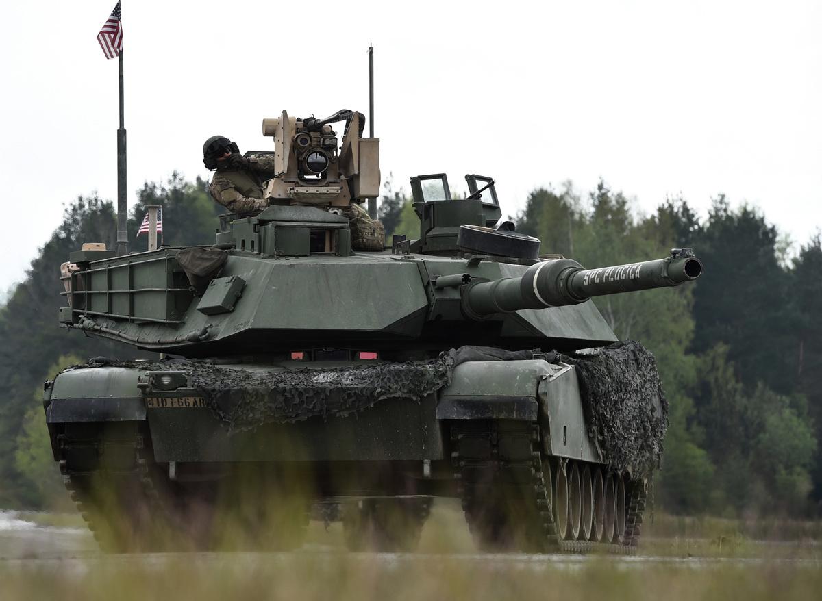 美國為了預防中共以突襲方式攻台,日前對台軍售108輛M1A2坦克,被譽為地表最強坦克車,可供台灣灘岸殲敵,中共軍只要一越過海峽中線、搶灘登陸之前,就殲滅於海面上。圖為M1A2坦克。(Christof STACHE/AFP)