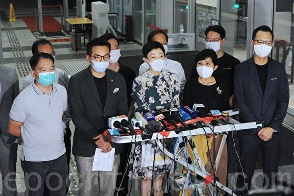 5月22日,中共當局在人大上提出「港版國安法」草案。圖為香港多名民主派議員在21日晚上表示,此舉等同宣布香港已變成「一國一制」。(宋碧龍/大紀元)