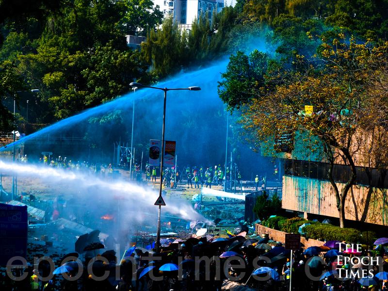 11月17日下午,香港理工大學現場,港警出動兩架水炮車、裝甲車,同時發射催淚彈清場。(yinyin liao/大紀元)