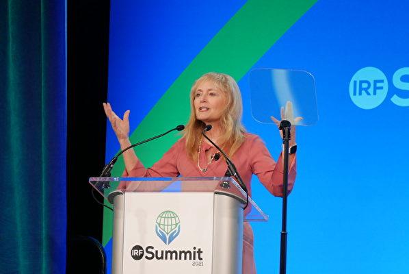 2021年國際宗教自由峰會共同主席、美國國際宗教自由委員會前主席卡特里娜·蘭托斯·斯威特(Katrina Lantos Swett)。圖為7月14日,斯威特在發言中。(李辰/大紀元)