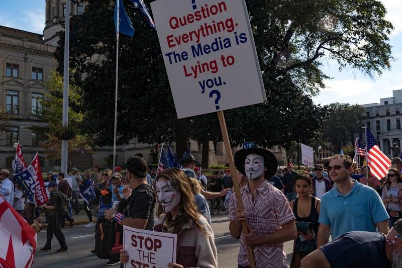 2020年11月21日,佐治亞州亞特蘭大,民眾聚集在州議會外,抗議本次美國大選的選舉舞弊,要求停止偷竊。(Megan Varner/Getty Images)