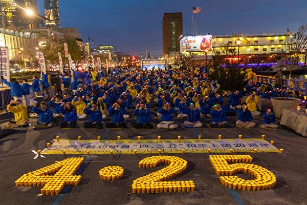 2019年4月20日,紐約法輪功學員在中領館前舉行夜悼活動。(Mark Zou/大紀元)